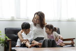 ソファに座る日本人親子の写真素材 [FYI04674458]