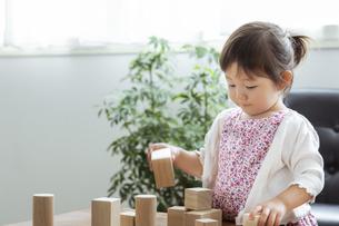 積み木で遊ぶ日本人女の子の写真素材 [FYI04674459]