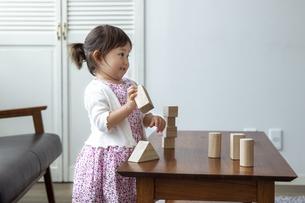 積み木で遊ぶ日本人女の子の写真素材 [FYI04674460]