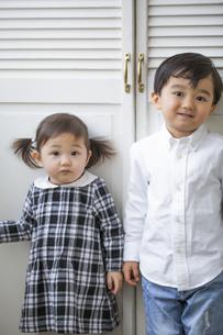 並んで立つ男の子と女の子の写真素材 [FYI04674463]