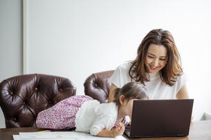 ノートパソコンを見る日本人親子の写真素材 [FYI04674465]