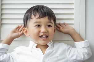 おどける日本人男の子の写真素材 [FYI04674469]