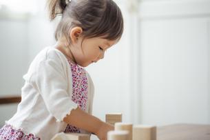 積み木で遊ぶ日本人女の子の写真素材 [FYI04674473]