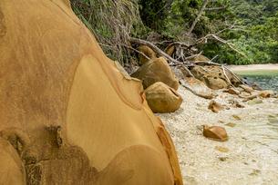 様々な岩や地層が見られるイダの浜の写真素材 [FYI04674495]