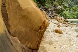 様々な岩や地層が見られるイダの浜の写真素材 [FYI04674496]