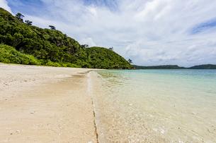 八重山グリーンとエメラルドグリーンの海に囲まれたイダの浜の写真素材 [FYI04674516]