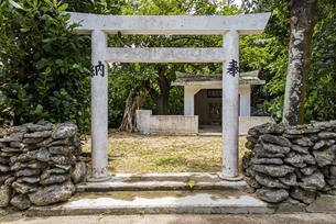 神聖なる鳩間島の鬚川御嶽(ヒナイウガン)の写真素材 [FYI04674519]