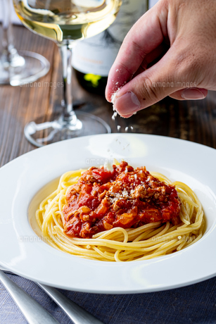 Pasta with meat and tomato sauce on wooden table.の写真素材 [FYI04674548]
