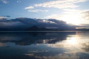 洞爺湖の朝の写真素材 [FYI04674555]