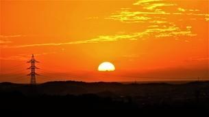 鉄塔と茜色の夕焼けの写真素材 [FYI04674595]