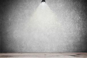 白いコンクリート壁のスポットライトの背景グラフィックス素材のイラスト素材 [FYI04674999]
