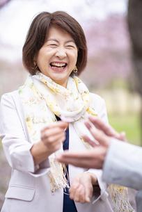 花を渡すシニア女性の写真素材 [FYI04675069]