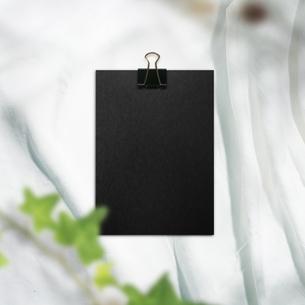 白い布背景と文房具や仕事道具の写真素材 [FYI04675242]