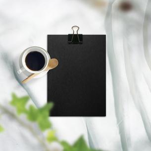 白い布背景と文房具や仕事道具の写真素材 [FYI04675243]