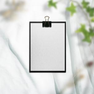 白い布背景と文房具や仕事道具の写真素材 [FYI04675244]