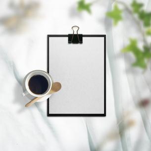白い布背景と文房具や仕事道具の写真素材 [FYI04675245]