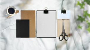 白い布背景と文房具や仕事道具の写真素材 [FYI04675249]