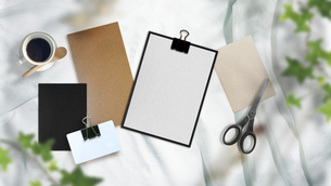 白い布背景と文房具や仕事道具の写真素材 [FYI04675252]