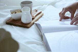 白い布の上に置かれた小物と女性の手の写真素材 [FYI04675284]