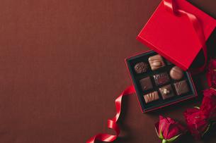 チョコレートとギフトボックスの写真素材 [FYI04675310]