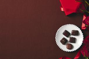 チョコレートとギフトボックスの写真素材 [FYI04675312]