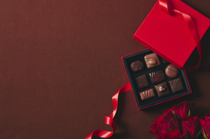 チョコレートとギフトボックスの写真素材 [FYI04675314]
