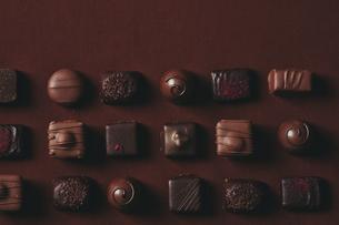 並んだチョコレートの写真素材 [FYI04675316]