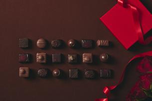 チョコレートとギフトボックスの写真素材 [FYI04675332]
