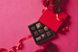 チョコレートとギフトボックスの写真素材 [FYI04675342]
