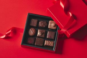チョコレートとギフトボックスの写真素材 [FYI04675345]
