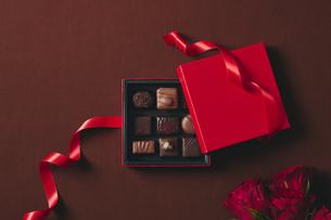 チョコレートとギフトボックスの写真素材 [FYI04675347]