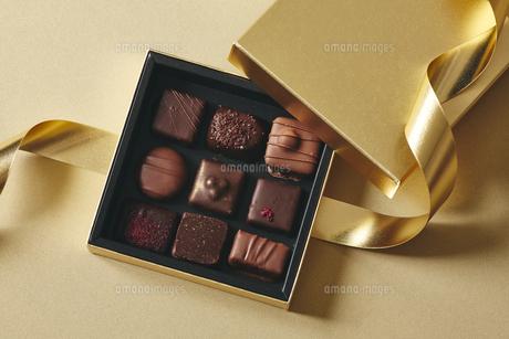 チョコレートとギフトボックスの写真素材 [FYI04675349]