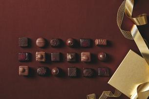 チョコレートとギフトボックスの写真素材 [FYI04675350]