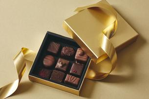 チョコレートとギフトボックスの写真素材 [FYI04675351]