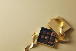 チョコレートとギフトボックスの写真素材 [FYI04675352]