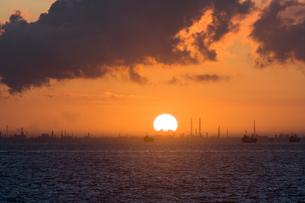 東京湾 海ほたるパーキングからの朝日の写真素材 [FYI04675436]
