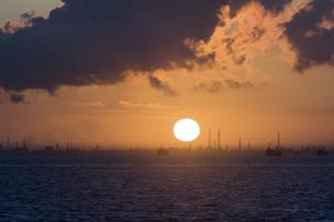 東京湾 海ほたるパーキングからの朝日の写真素材 [FYI04675437]