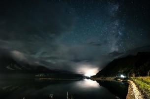 只見湖の星空 天の川の写真素材 [FYI04675439]