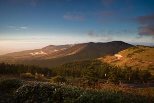渋峠南から見る草津白根山の朝の写真素材 [FYI04675440]