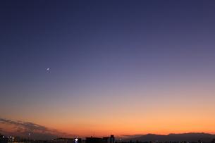 夜の迫る空と三日月1の写真素材 [FYI04675443]