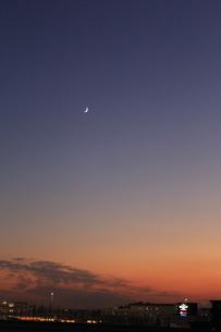 夜の迫る空と三日月 縦1の写真素材 [FYI04675444]