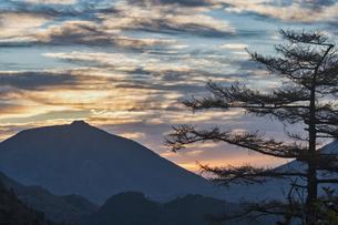 金精山登山口からの夕焼けの写真素材 [FYI04675474]