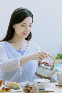 お茶を入れている女性の写真素材 [FYI04676044]