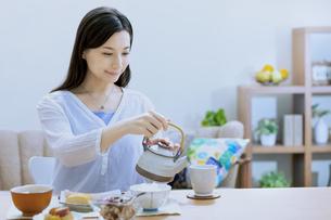 お茶を入れている女性の写真素材 [FYI04676045]