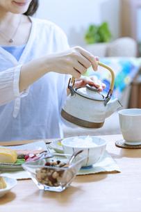 お茶を入れている女性の手元の写真素材 [FYI04676046]