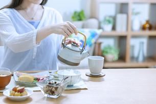お茶を入れている女性の写真素材 [FYI04676047]