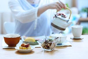 お茶を入れている女性の手元の写真素材 [FYI04676048]