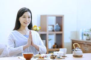 朝食を食べる女性の写真素材 [FYI04676055]