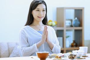 朝食を食べる女性の写真素材 [FYI04676056]