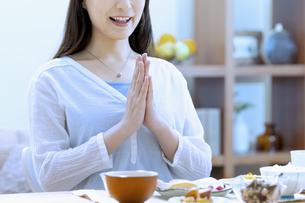 朝食を食べる女性の写真素材 [FYI04676057]
